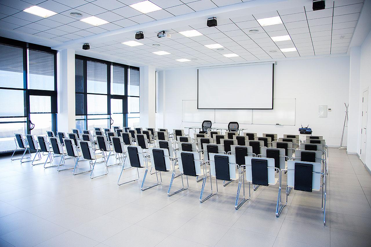 Salas de reuniones en centro de negocios almer a for Sala de reuniones
