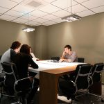 Sala de reuniones en el centro de negocios con capacidad para 16 personas