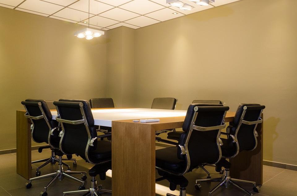 Oficina de dos puestos más salas de reuniones